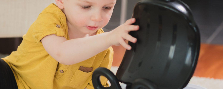 Poika avaa ajolelun kannen.